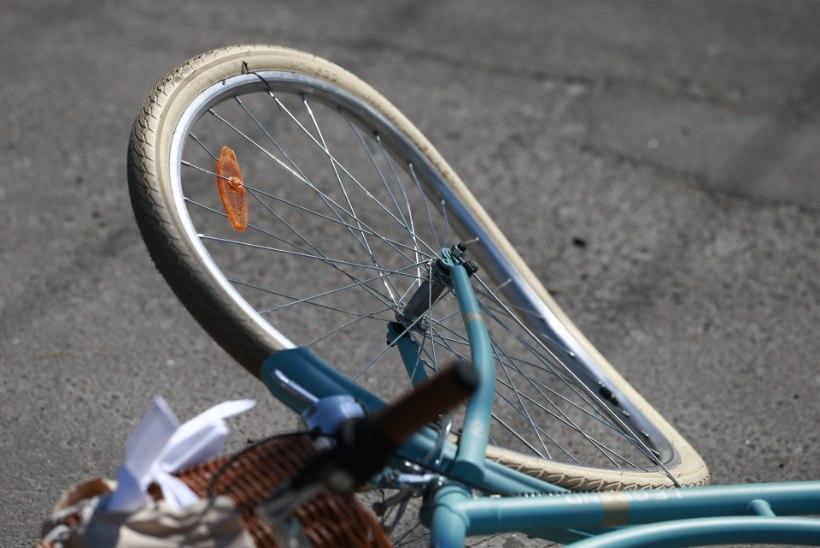 Paldiski maanteel sai jalgrattur sõiduautolt löögi