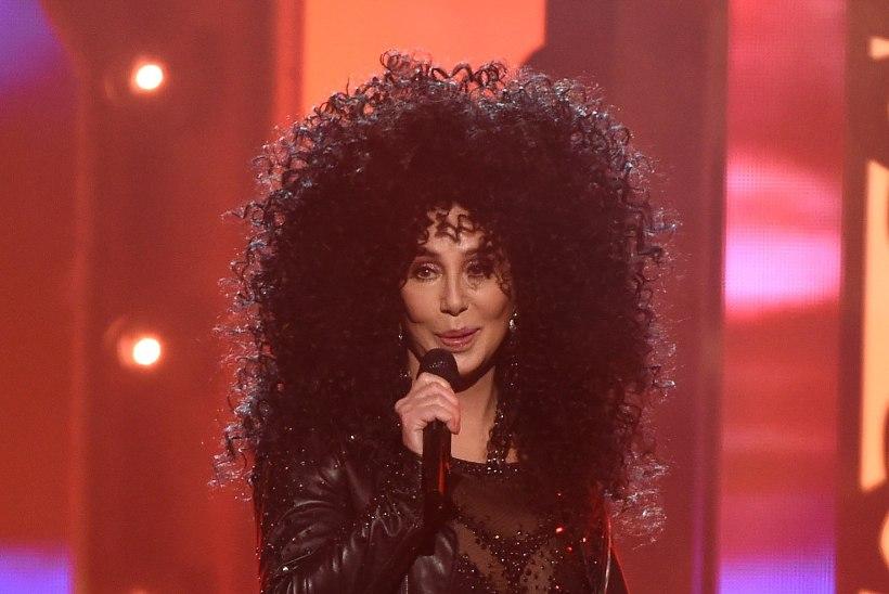 IGAVESTI NOOR: supervormis Cher näitas rinnapartiid