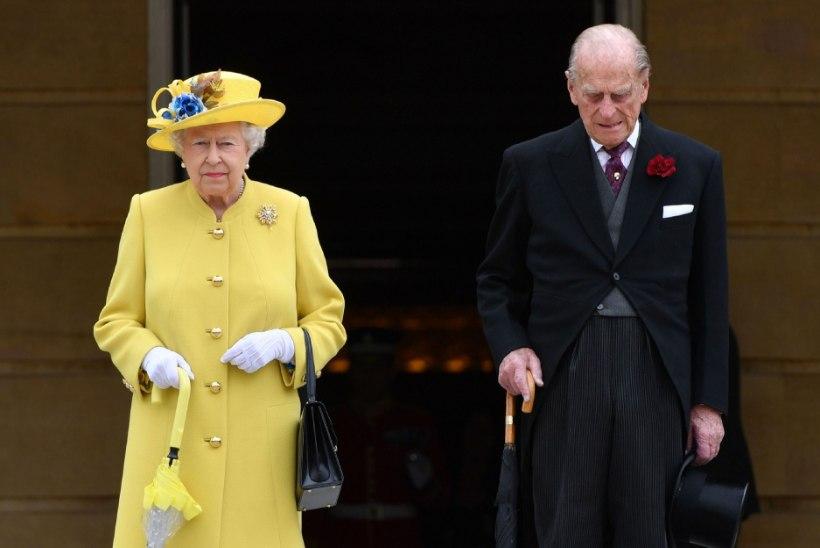 GALERII | Buckinghami palee õuel peeti leinaseisakut