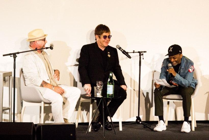 Surmasuust pääsenud Elton ilmus avalikkuse ette