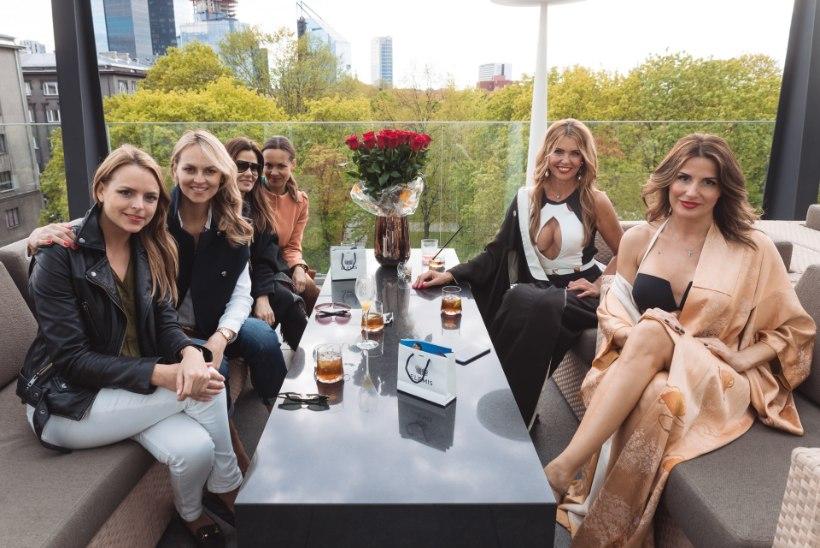 KUUM GALERII | Anu Saagim ja Reet Härmat astusid Hiltoni terrassipeol üles bikiinimodellidena