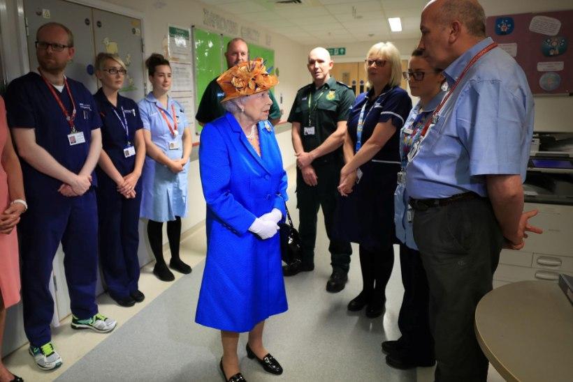 FOTOD | Kuninganna Elizabeth II külastas lastehaiglas terroriohvreid