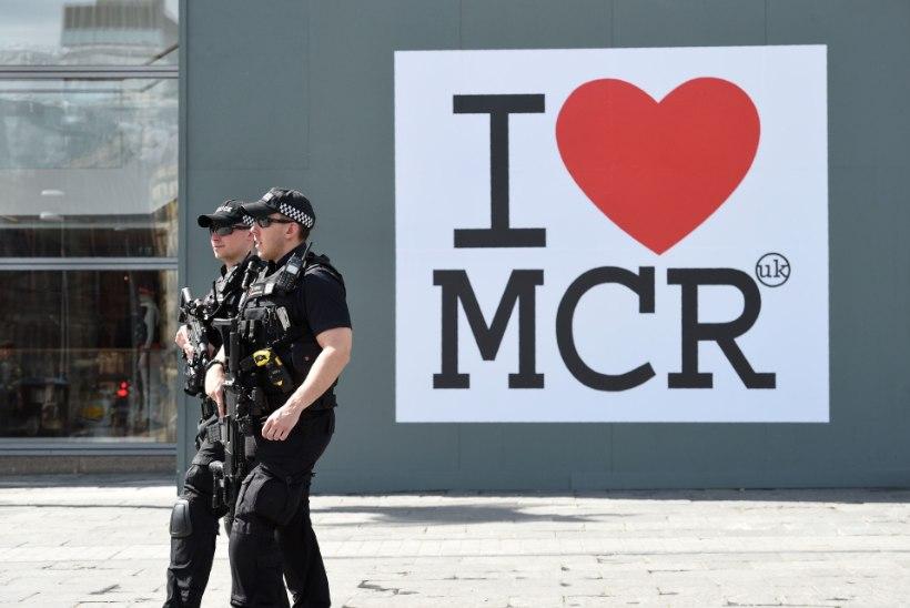 Manchesteri politsei võttis terrorirünnakuga seoses veel kaks meest vahi alla, Suurbritannia ohutaset lagetati