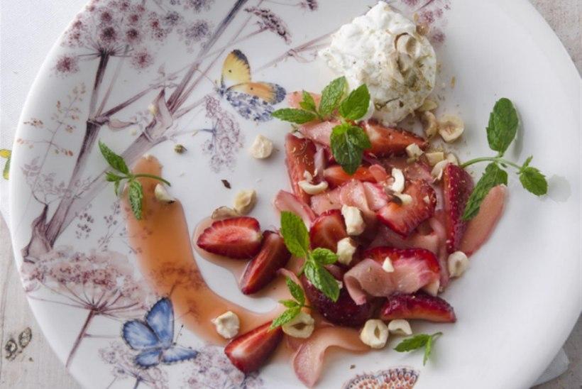 Rabarberi-maasikasalat kohupiima-kummelikreemiga