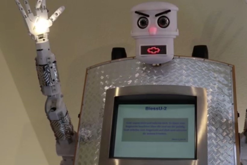 Robot jagab kirikus õnnistusi