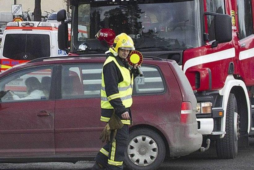 Helsingis tegi väikelennuk hädamaandumise, viga sai kaks inimest