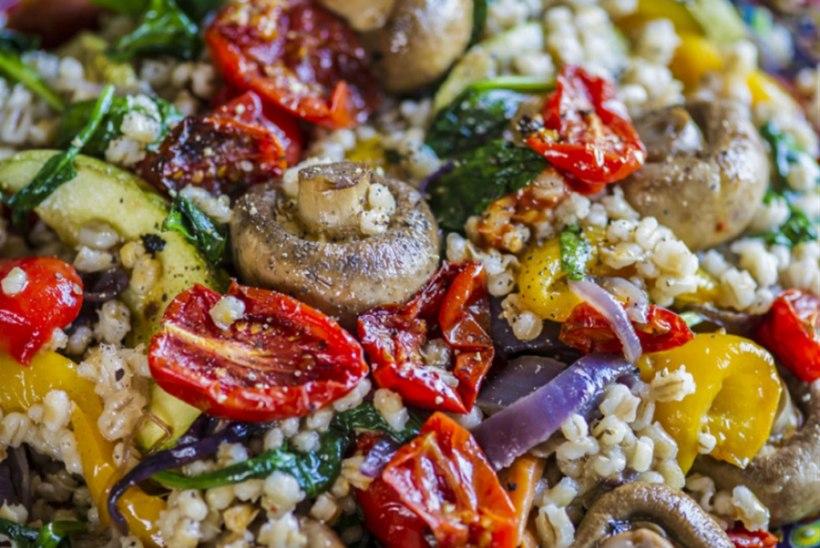 Vahemereline soe salat grillitud köögiviljade ja kruubiga
