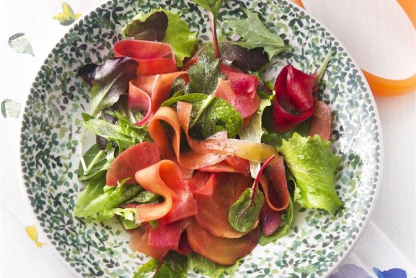 Kiirelt marineeritud köögiviljad rohelise salatiga