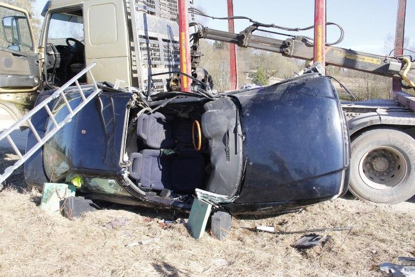 Pereisa hukkus külavaheteel kokkupõrkel metsaveoautoga
