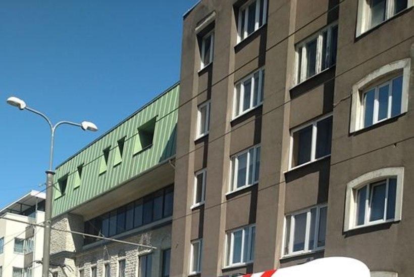 Tallinnas rippus nooruk sõitva trammi küljes