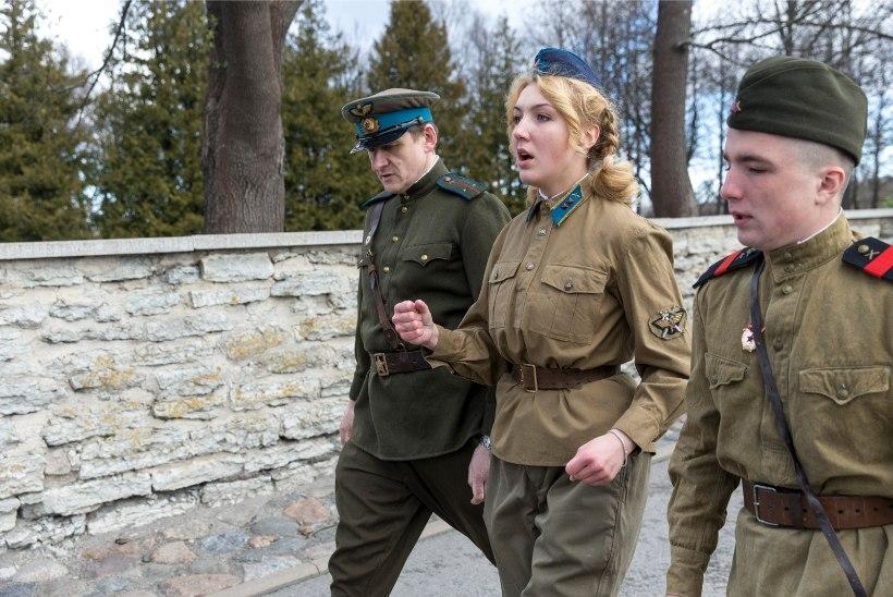 GALERII | Pronkssõduri esine kattus võidupüha puhul nelkide ja pärgadega