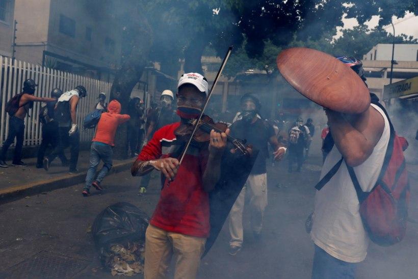 VIDEO VENEZUELAST    Mees mängib keset märatsevat rahvamassi viiulit