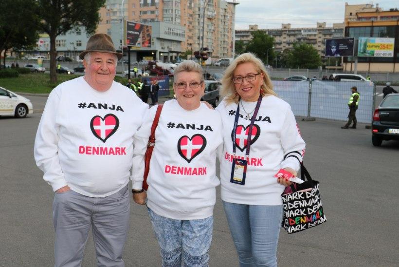 GALERII | Karvased ja sulelised fännid saabuvad Eurovisioni esimesele poolfinaalile