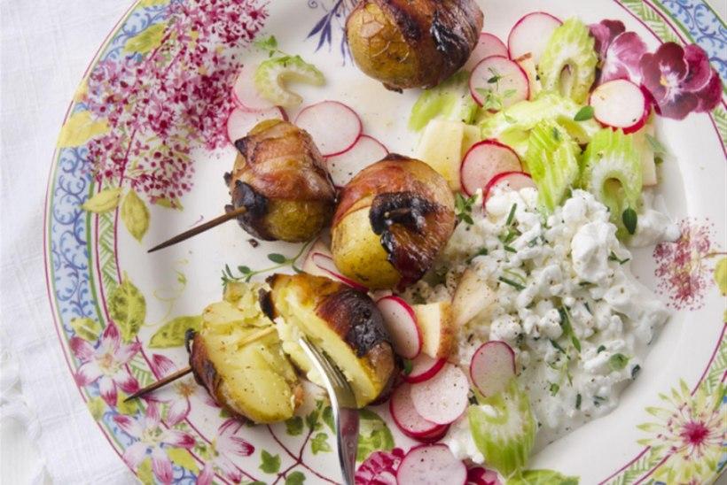 Peekoniümbrises küpsetatud kartulid ja murulaugusalat