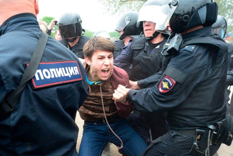 GALERII   Moskvas ja Peterburis pidas politsei kinni sadu meeleavaldajaid