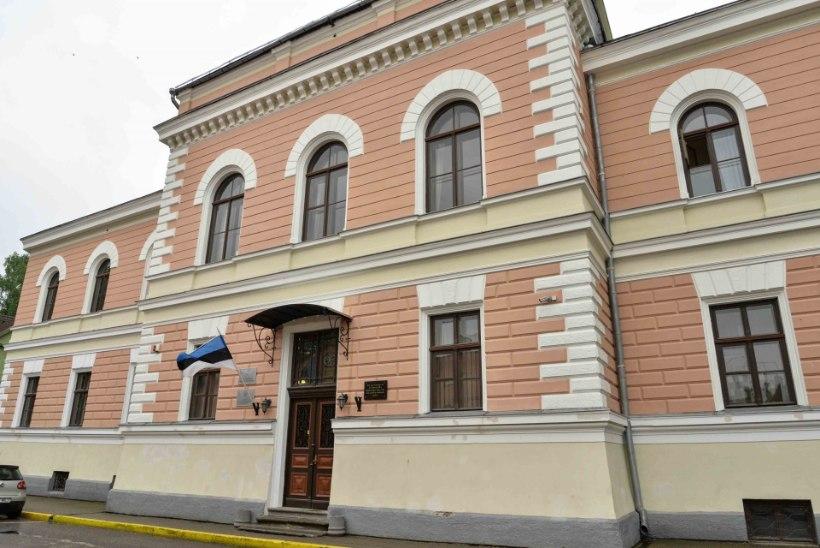 FOTOD | 17aastase neiu tapmises kahtlustatav toodi Viljandi kohtumajja