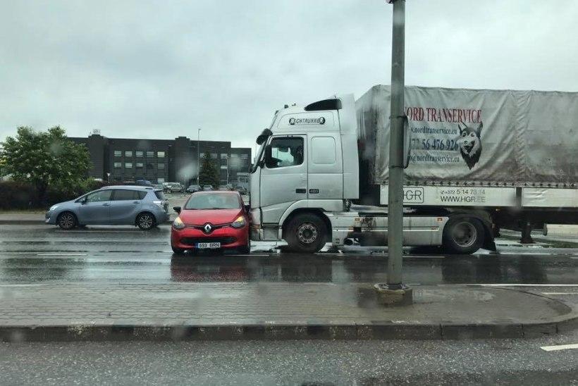 Peterburi teel põrkasid kokku sõiduauto ja veoauto