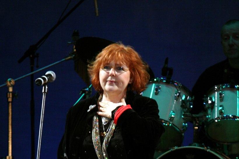 """Loo """"Moonlight Shadow"""" kuulsaks laulnud Maggie Reillyle jäi Eesti liharestoranist kustumatu mälestus"""
