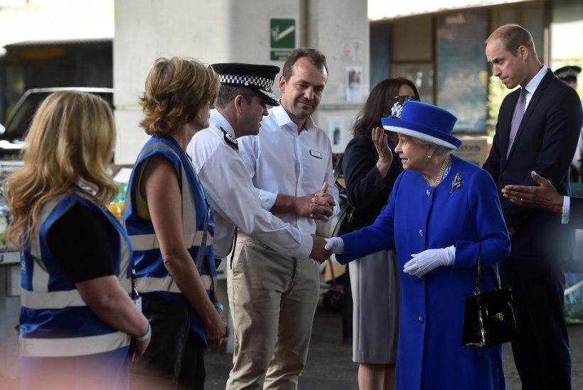 FOTOD   Kuninganna Elizabeth II ja prints William külastasid põlenguohvreid