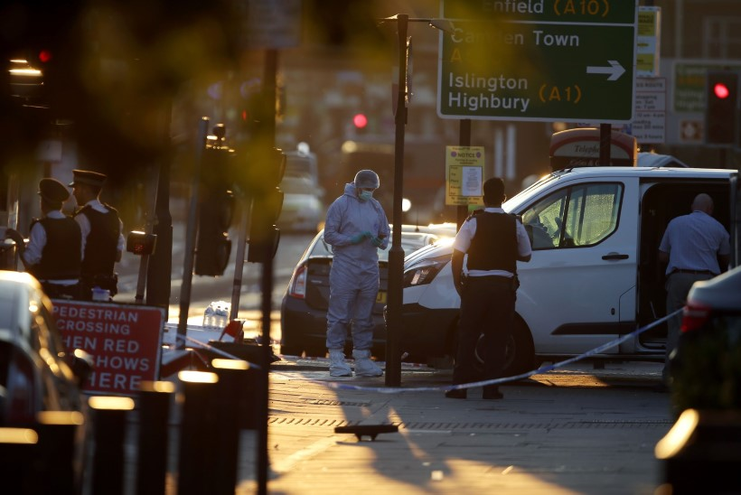 FOTOD   Londonis sõitis kaubik jalakäijate sekka, üks inimene hukkus