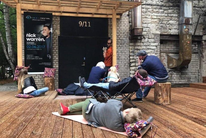 Nagu enne uue iPhone´i müügile tulekut: klubi 9/11 ukse taga on DJ Nick Warreni ootuses juba järjekord