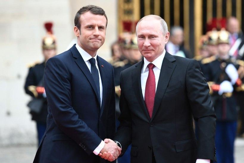 LINK PILDILE | Charlie Hebdo kujutab Macroni Putini kätt hammustava koerana