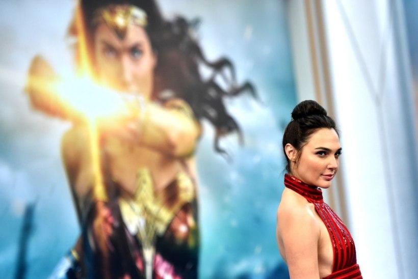 """""""Wonder Womani"""" staar teenis Supermaniga võrreldes sandikopikaid"""