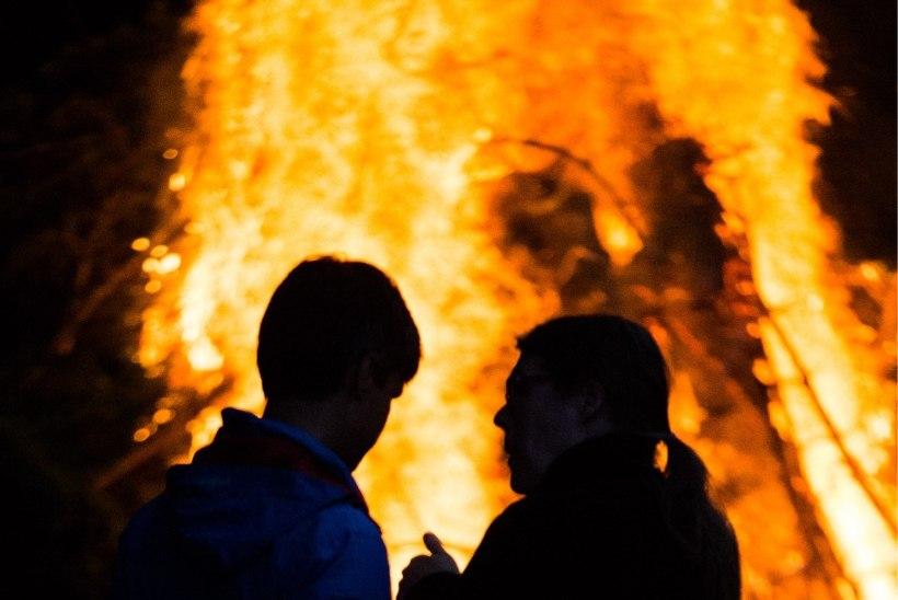 VAATA! Pühajärve rajul jaanipäeval mängis muusika ja vilkusid värvilised tuled