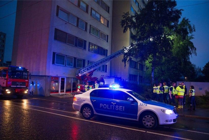Kaheksandalt korruselt alla kukkunud mees takerdus puuokstesse ja jäi ellu