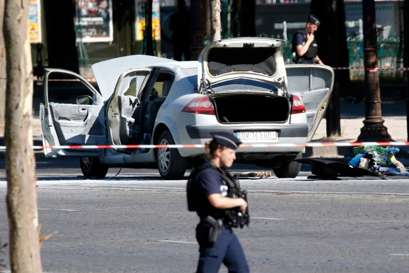 Prantsusmaal üritas mees autoga mošee lähedal rahva sekka sõita