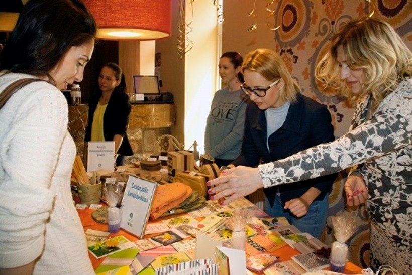 FOTOD   Lasnamäe heategevuslikul laadal müüsid abilinnapea Kõlvart ja linnaosavanem õpilaste valmistatud kaupa