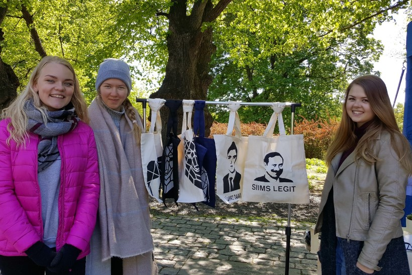 Õpilasfirmad müüvad lampe ja poliitikute nägudega kotte