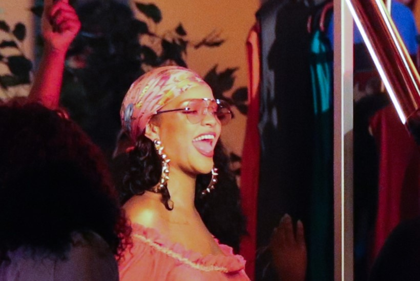 Rinnahoidjata Rihanna välgutas niburõngast