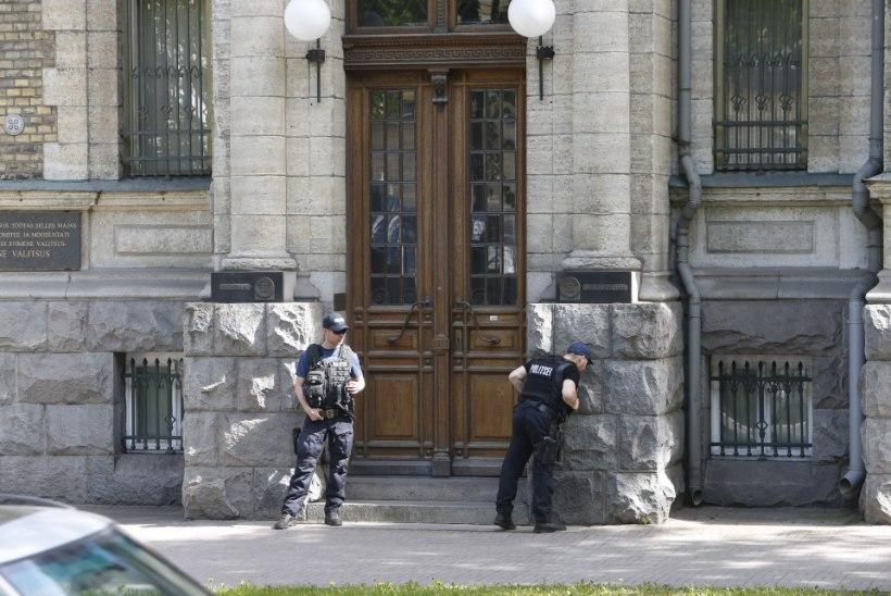 FOTOD | Eesti Pank on tähtsa istungi ajal relvastatud politseinike valve all
