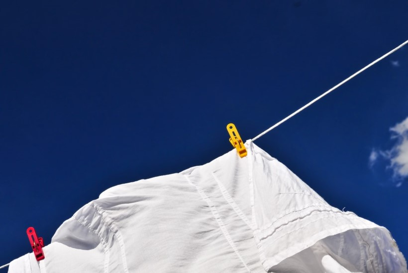 Toimiv viis, kuidas eemaldada valgetelt riietelt higiplekid
