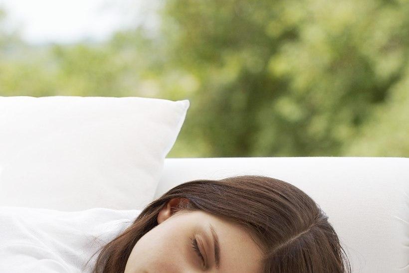 Kõhuli magamine paneb selja valutama
