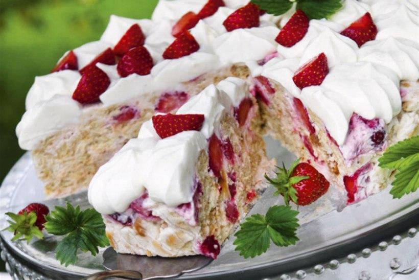 Jaanipäeva kohupiima-küpsisetort maasikatega