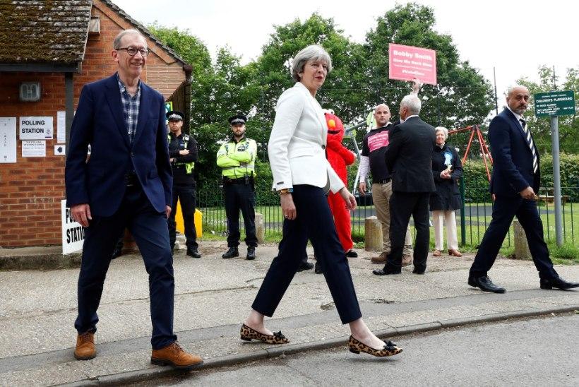 FOTOD | Erakorralised parlamendivalimised Suurbritannias: Theresa May käis koos abikaasaga hääletamas