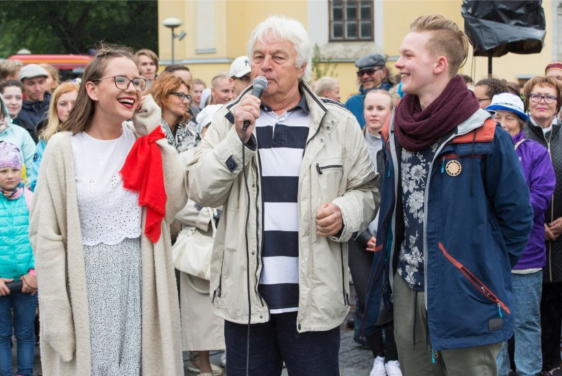 VIDEOD JA FOTOD   Noored trotsisid ilma ja pidasid tantsupeo etenduse Vabaduse väljakul