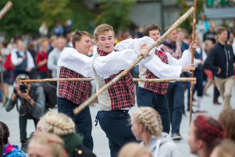 VIDEOD JA FOTOD | Noored trotsisid ilma ja pidasid tantsupeo etenduse Vabaduse väljakul