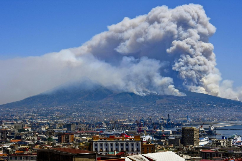 Napoli külje all põleb Vesuuvi vulkaan