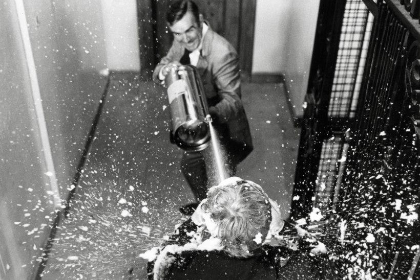Suri James Bondiga liftis madistanud maadlustšempion