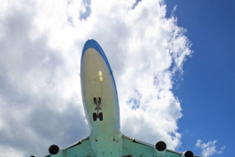 Tõusva lennuki mootorituul tappis rannas puhkaja