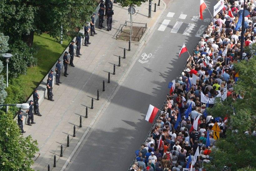 GALERII | Tuhanded poolakad protesteerivad kohtusüsteemi reformi vastu
