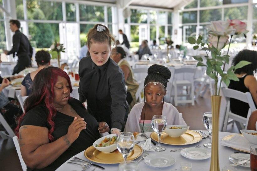 Pulm jäi ära: pruut annetas pidusöögi kodututele