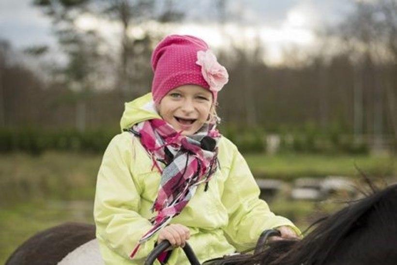 Raske puudega tüdruk saab annetajate toel arenguks vajalikke teraapiaid