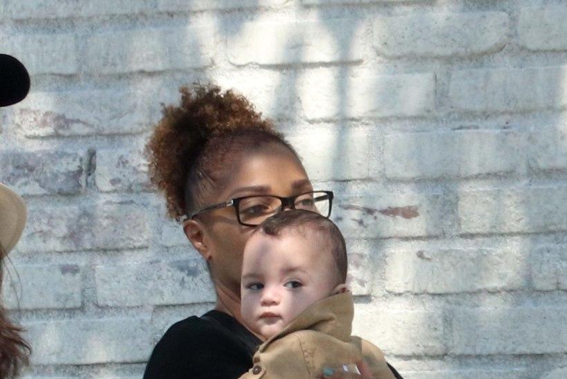 HARULDASED FOTOD   Janet Jackson käis koos pisipojaga lõunatamas