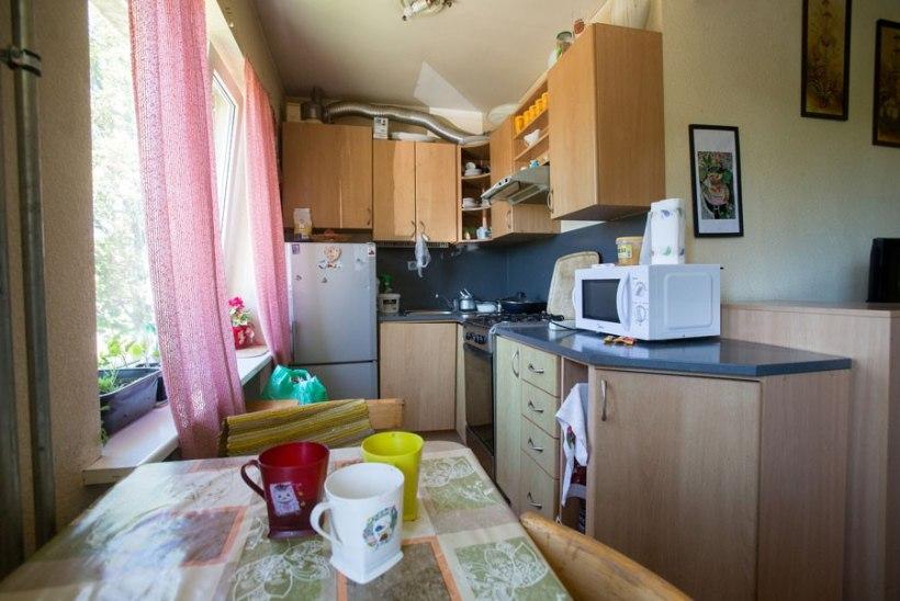 Põlema süüdatud süürlanna korteriperenaine parandas eluruumi kahjud oma raha eest. Süürlaste üürivõlga ei hüvita keegi