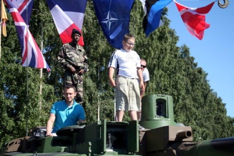 PILDID | Metsatöllu trummar Marko Atso tšillis koos pisipõnniga võimsal Truck Show`l
