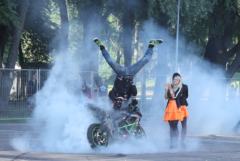 GALERII JA VIDEO | Eesti ja Soome trikimootorratturite show Tallinnas